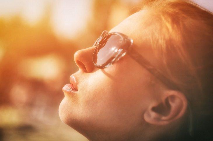 פני אישה באור השמש