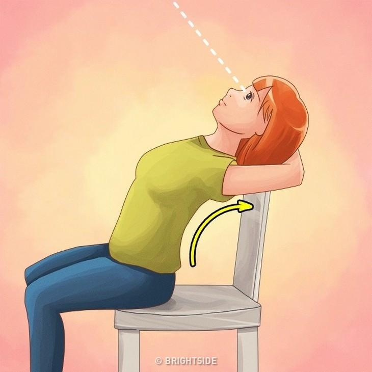 איור של אישה עם שתי זרועות צמודות מאחוריי ראשה כשהוא צמוד למשענת הכיסא