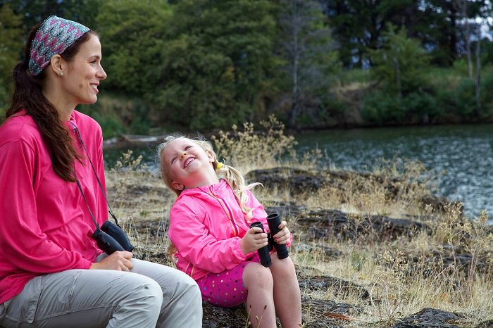 אם ובת עם משקפות בחיק הטבע