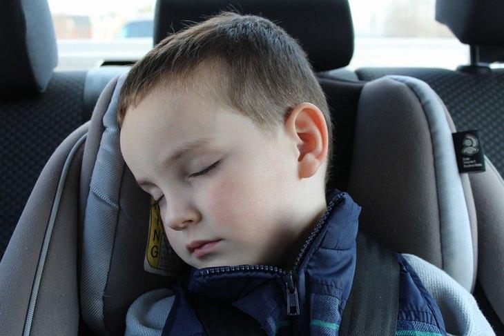 ילד רדום על כיסא בטיחות במכונית