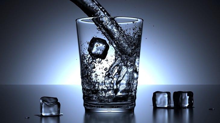 מעבר לדיאטה צמחונית או טבעונית: כוס מים