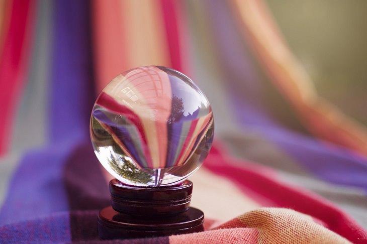 ללמוד פסיכולוגיה: כדור זכוכית עליו משתקפים הצבעים ברקע