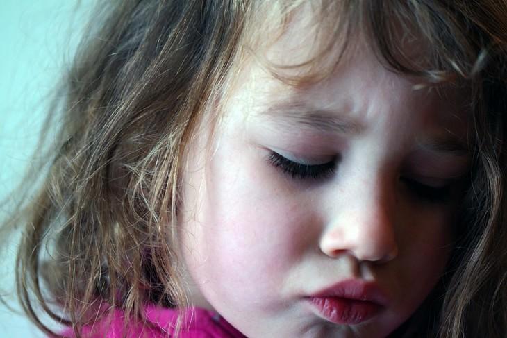 שיטות למניעת התנהגות שלילית אצל ילדים: ילדה עצובה