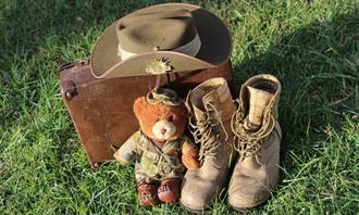 לאיזו תקופה היסטורית אתה שייך: מדי צבא לצד בובת דובי