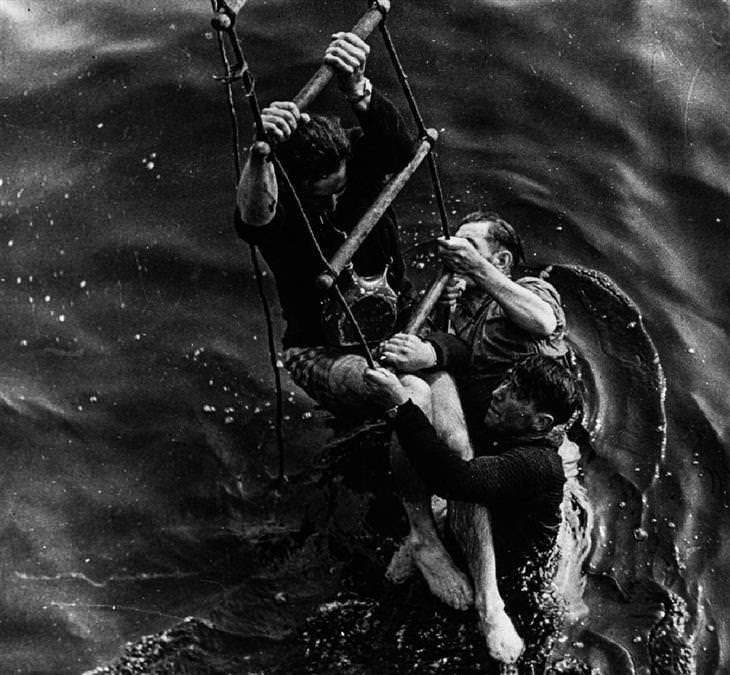 מבצע החילוץ בדנקרק: חיילים מטפסים מהמים על סולם חילוץ שהושלך אליהם מספינה