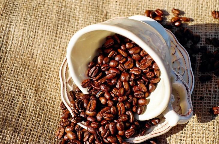 אוכל שלא צריך לאחסן במקרר: פולי קפה נשפכים מכוס הפוכה