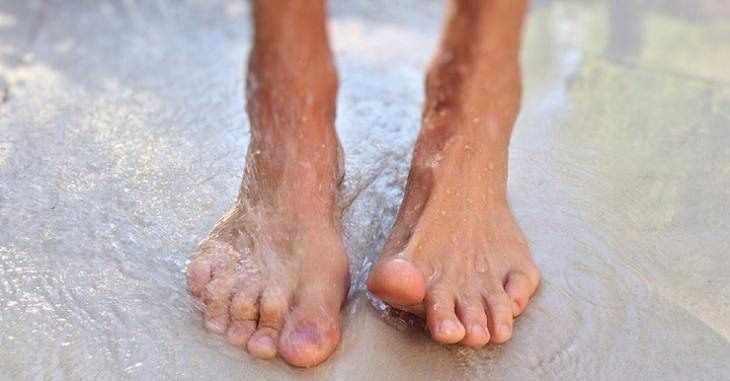 סיבות לעקצוץ ברגליים ובידיים: כפות רגליים רטובות