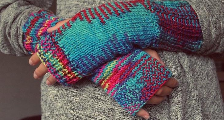 סיבות לעקצוץ ברגליים ובידיים: ידיים עטופות בסריג