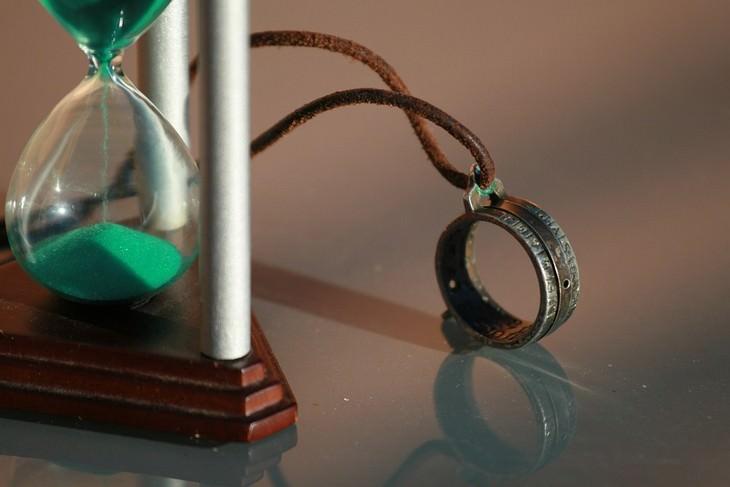דברים בחיים שלא ניתן לשנות: שעון חול עם משקפת חד עינית לצידו