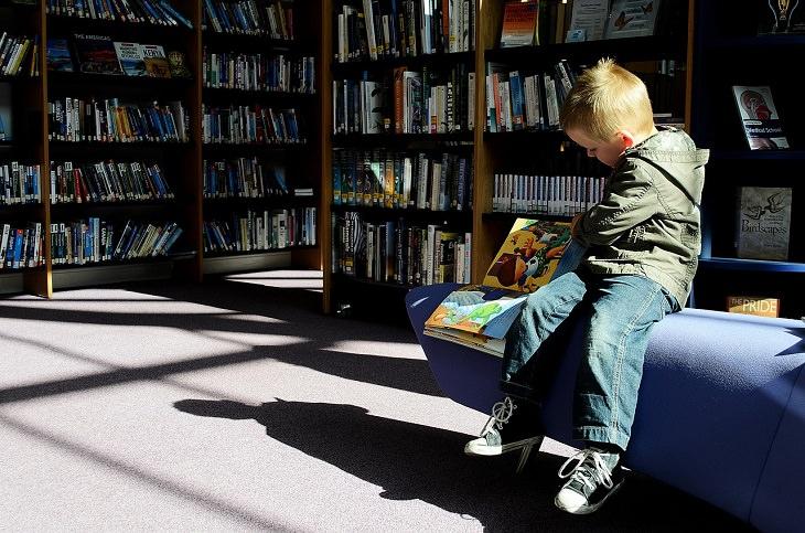 טיפים להצלחה בבית ספר ממורים: ילד קורא ספר בספרייה