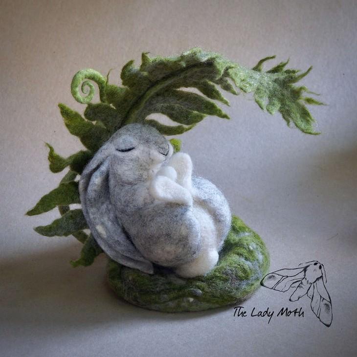 מוצרים מיוחדים מרקמת לבד: ארנב ישן תחת שיח משתרך