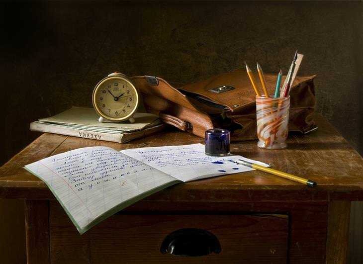 זכויות של הורים ותלמידים: ציוד כתיבה, ילקוט ושעון על שולחן