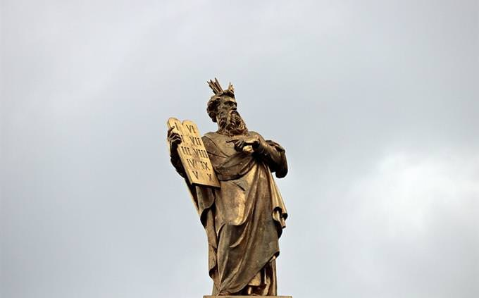 בחן את עצמך: פסל של משה עם לוחות הברית