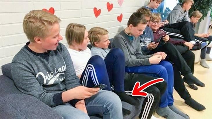 הסבר על בתי ספר בפינלנד: תלמידים פיניים לבושים בפיג'מות יושבים בשורה
