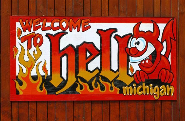 """עיירות משונות בעולם: שלט """"ברוכים הבאים לגיהנום"""" עם ציור של שד מחויך"""