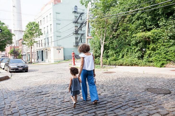 הרגלים גרועים של הורים שצריך לשבור: אימא ובת הולכות יד ביד ברחוב