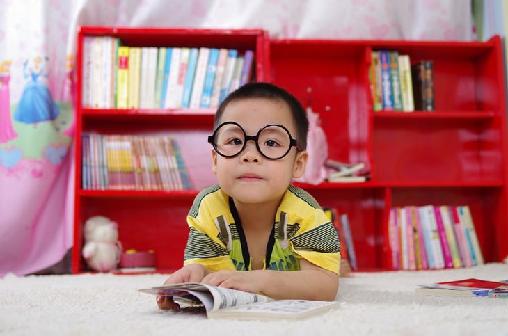 הרגלים גרועים של הורים שצריך לשבור:ילד עם משקפיים קורא ספר