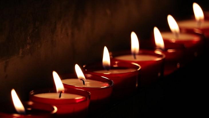 שימושים למקפיא שלא קשורים לאוכל: שורה של נרות דולקים