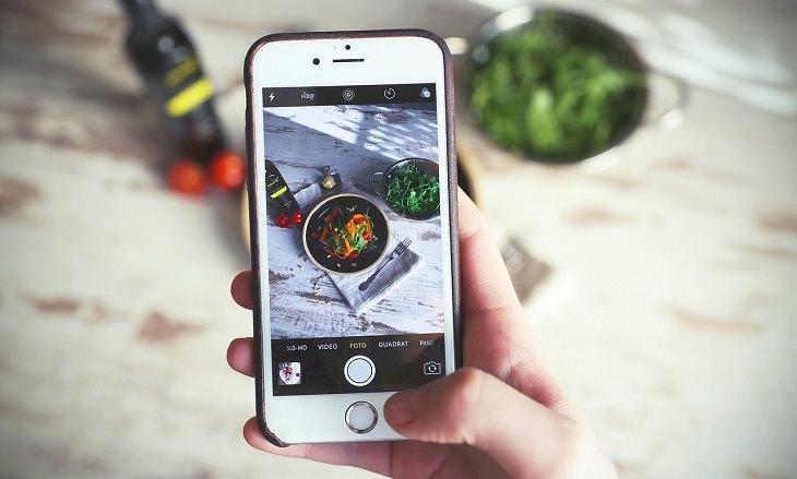 טיפים לצילום אוכל: אדם מצלם מנה באייפון