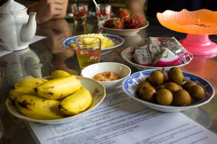 טיפים לצילום אוכל: תמונת פירות אקזוטיים על שולחן מקושט