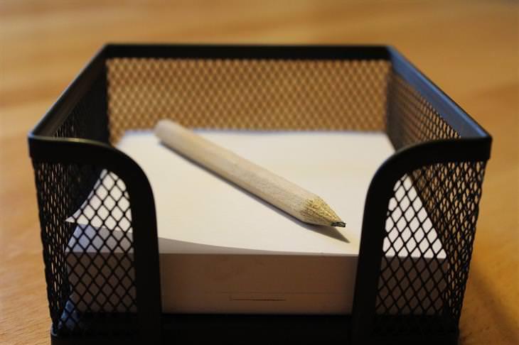 טיפים להתמודדות עם התקפי חרדה: ערימת דפי נייר עם עיפרון עליהם