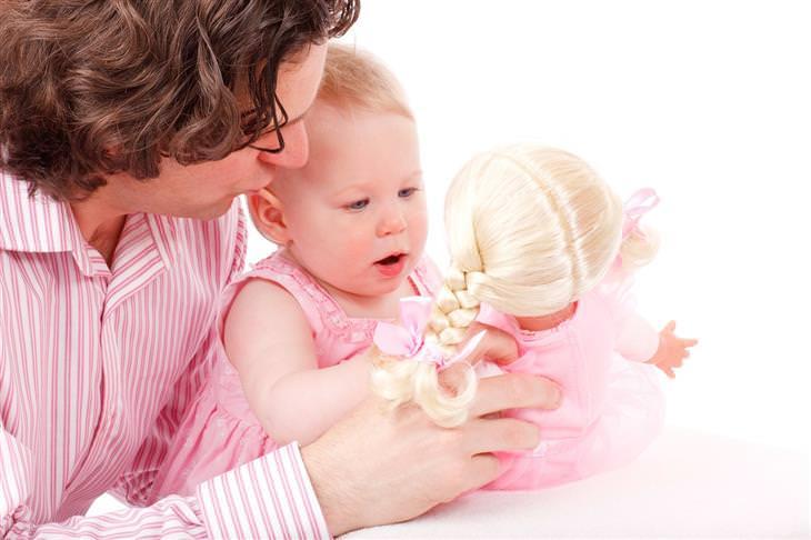 איך לגדל ילדים שיודעים לחשוב בצורה יצירתית: אבא מציג לבתו בובה