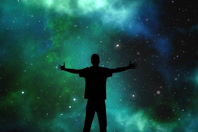 מה הפילוסופיה שלך לחיים: אדם עומד מול השמיים הפתוחים