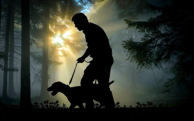 אדם מתהלך עם כלבו