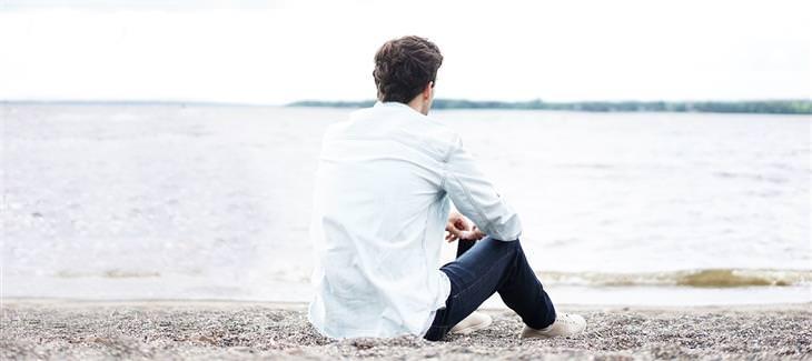 """בדיחה """"משאלה אחת קטנה"""": איש יושב על שפת חוף הים"""