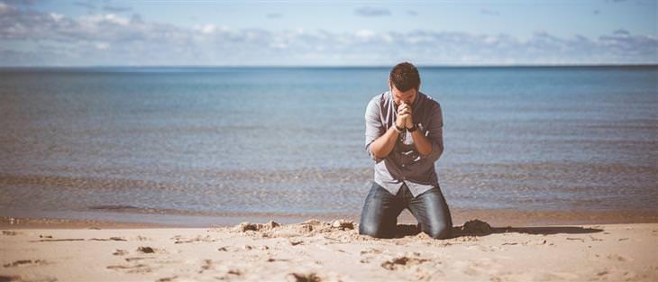 """בדיחה """"משאלה אחת קטנה"""": איש על ברכיו בחוף הים מתפלל"""