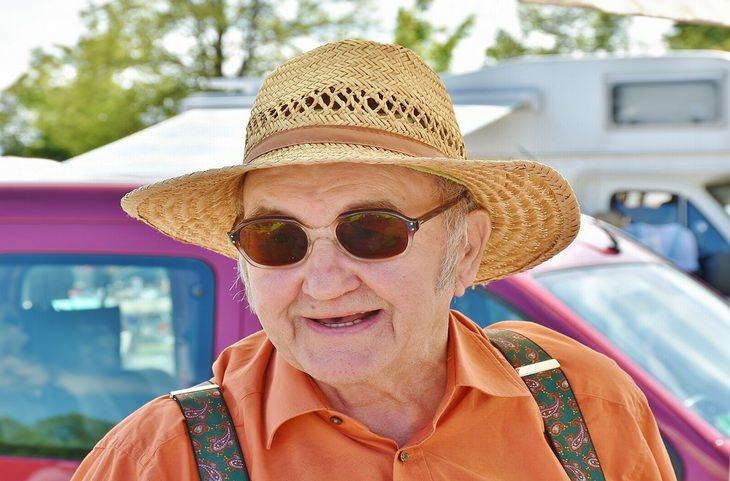 טיפוסים ואמירות שכולנו מכירים: גבר מבוגר ומחוייך, חובש כובע