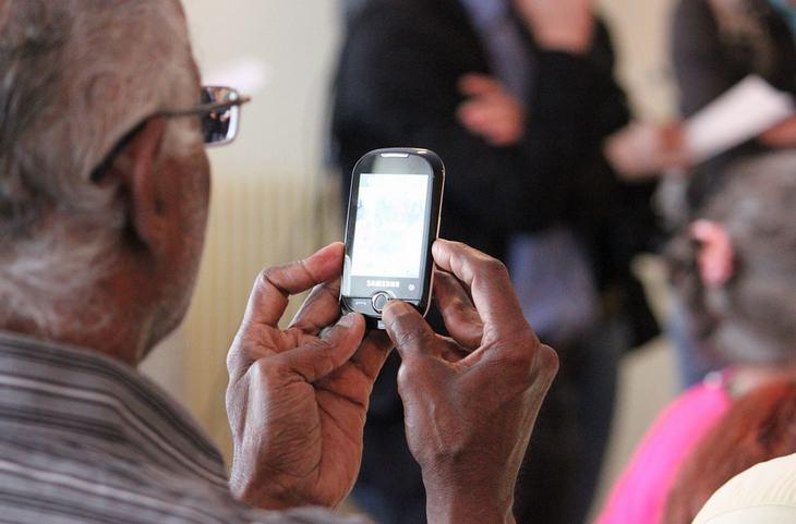 טיפוסים ואמירות שכולנו מכירים: גבר מבוגר מחזיק טלפון ביד