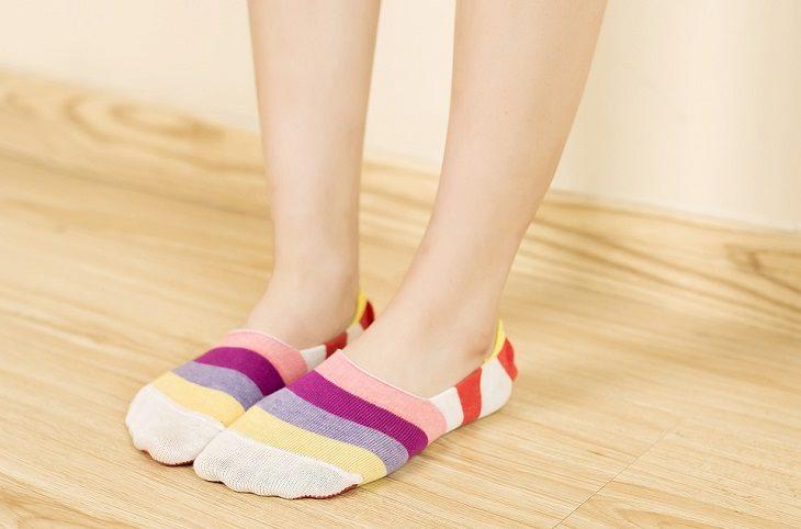 סיבות וטיפולים לריח רע ברגליים: רגליים של אישה עם גרביים