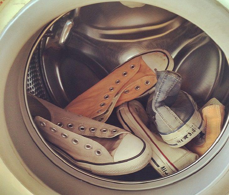 סיבות וטיפולים לריח רע ברגליים: נעליים בתוך מכונת כביסה