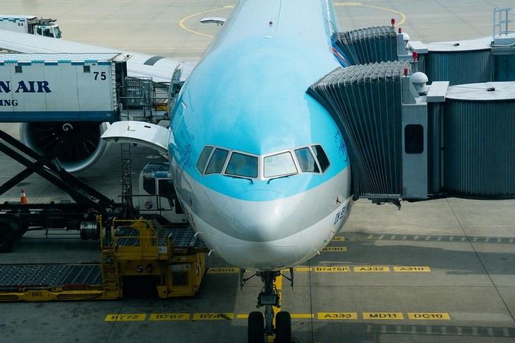אסור לעשות בטיסה: נטוס על הקרקע מחובר לשרוול כניסת נוסעים