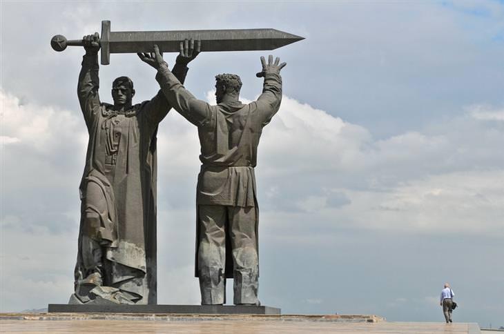 הפסלים הגדולים והמרשימים בעולם: החזית לחזית – מגניטוגורסק, רוסיה