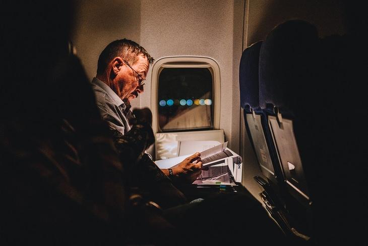 אסור לעשות בטיסה: גבר יושב סמוך לחלון במטוס נוסעים