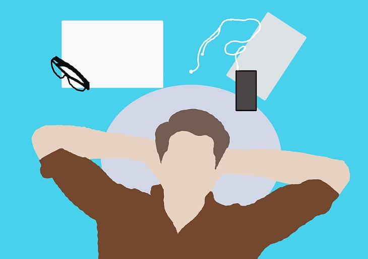 הדרך אל האושר: איור של גבר שוכב לצד טלפון, אוזניות ומשקפיים