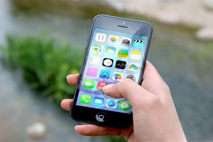 יד מחזיקה טלפון סלולרי