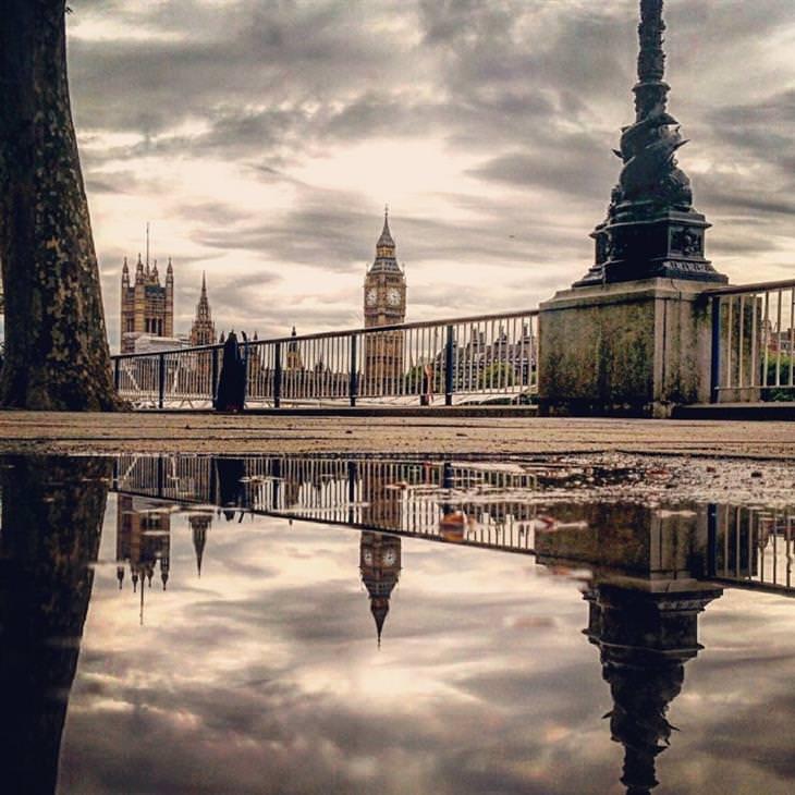 נוף עירוני משתקף בשלוליות: הביג בן משתקף בשלולית בלונדון, אנגליה