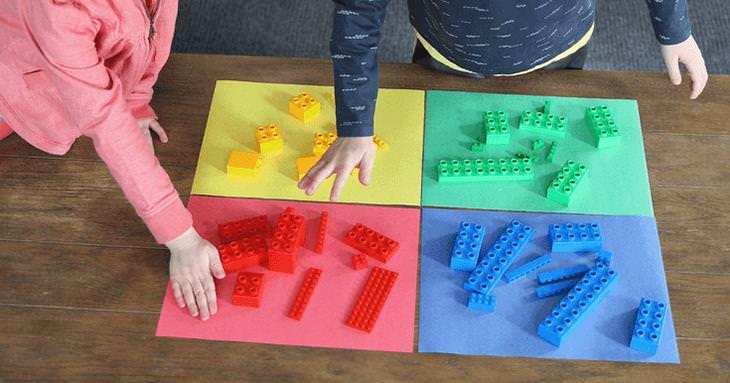 משחקים ביתיים שיגרמו לילדים להפעיל את הגוף והמוח: ילדים משחקים בצייד לגו