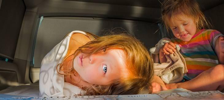 משחקים ביתיים שיגרמו לילדים להפעיל את הגוף והמוח: ילדים יושבים מתחת לשולחן
