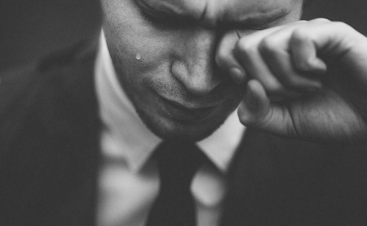 דברים שהורים צריכים לעשות מול הילדים שלהם: גבר מנגב דמעה