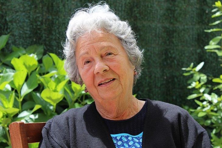 שיר על הטוב שברע: אישה מבוגרת יושבת בגינה