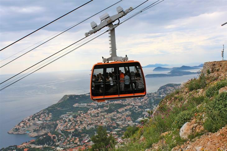 מסלול טיולים של שבוע בקרואטיה: הרכבל שעולה לפסגת גבעת סרג'