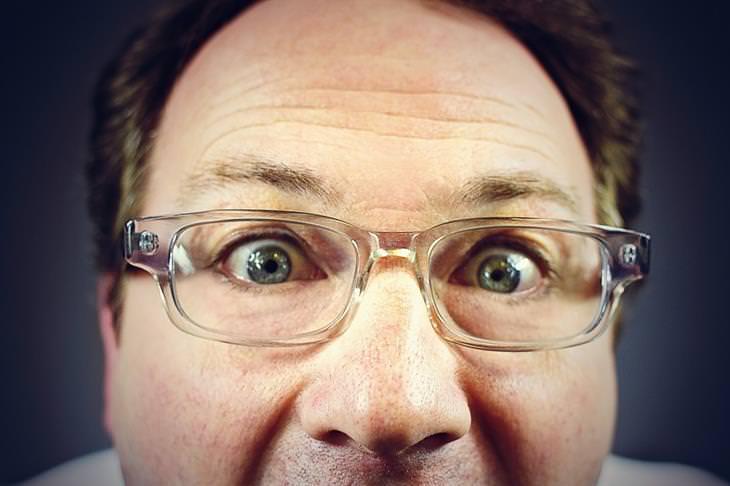 שיר על הטוב שברע: צילום תקריב של גבר עם משקפיים