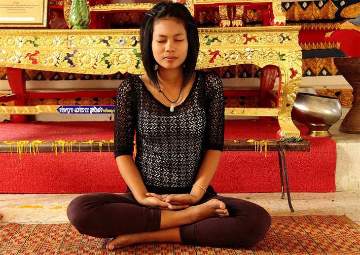 מה השעה שבה אתם מתעוררים אומרת על הנפש שלכם: אישה עושה מדיטציה בישיבה מזרחית