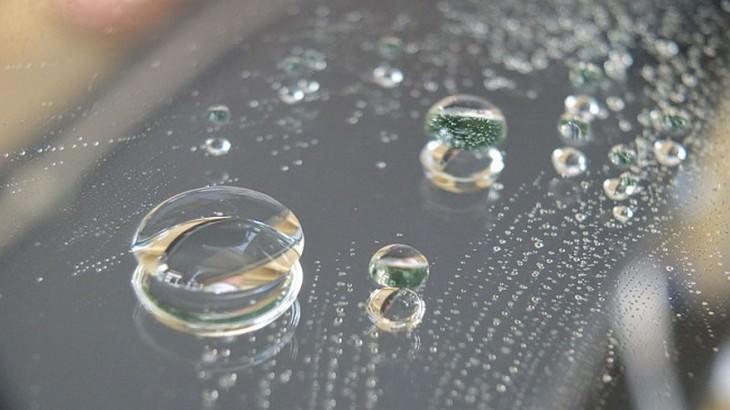 החומרים המשונים והמגניבים בעולם: טיפות מים על עצם קשיח