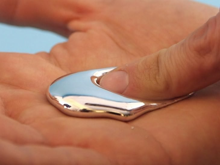 החומרים המשונים והמגניבים בעולם: אצבע ממיסה מתכת כסופה