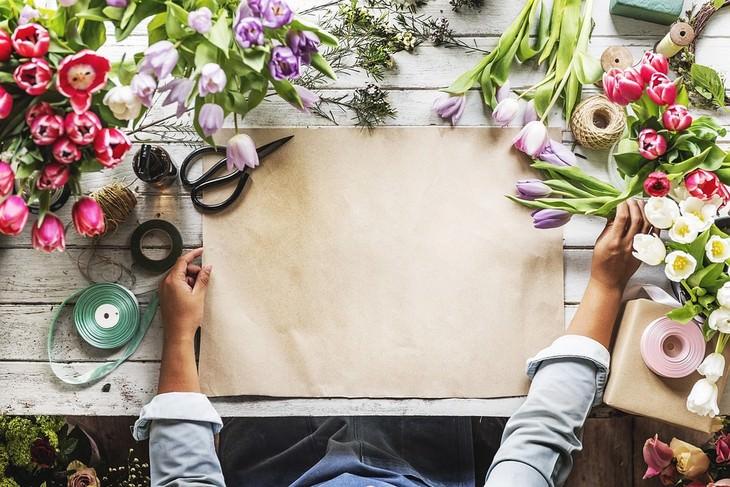 איך למשוך אליכם אנשים במהרה: צילום עליון של עמדת שזירת פרחים